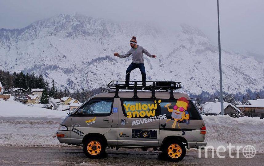 Анатолий верхом на своей 24-летней машине. Фото Instagram/avgomzyakov