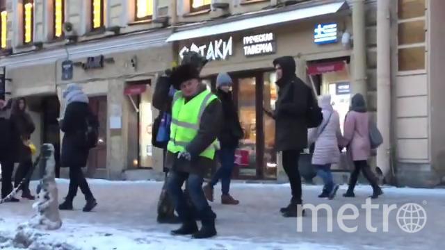 """19 января двое молодых людей прокатились на """"ватрушке"""" по Невскому проспекту. Фото скриншот видео Instagram.com_shah_king7"""