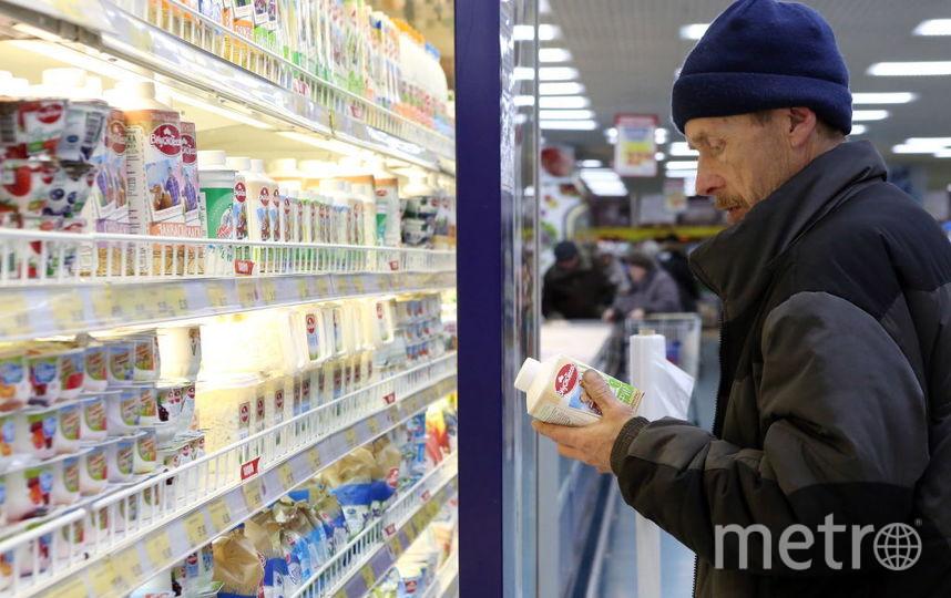 При выборе кефира потребителю следует обращать внимание на отсутствие вздутия упаковки, её целостность. Фото Getty
