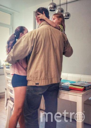 """За спиной своего папы Алексея и пятилетняя Кристина, и двенадцатилетняя Алиса чувствует себя, как за каменной стеной. Ведь папа для них не только защитник, но и друг, сочинитель сказок, покупатель мороженного и принц! ….фото сделано случайно, когда папа пришел домой с работы!. Фото Луиза Кононыхина (мама), """"Metro"""""""