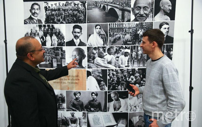 Куратор и автор выставки Бирад Раджарам Яджник (слева) рассказывает репортёру Metro о Ганди. Фото Василий Кузьмичёнок