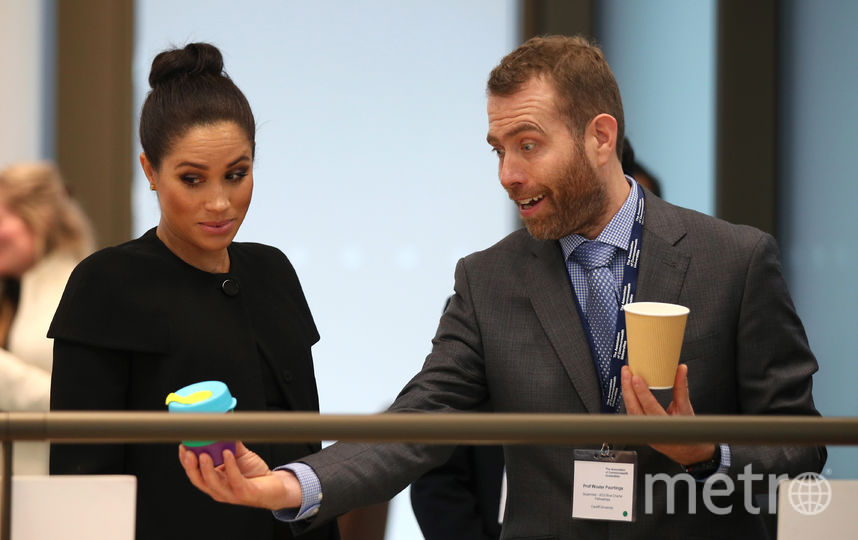 Герцогине показали многоразовые стаканчики для кофе. Фото Getty