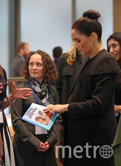 Герцогине показали детскую книжку. Фото Getty