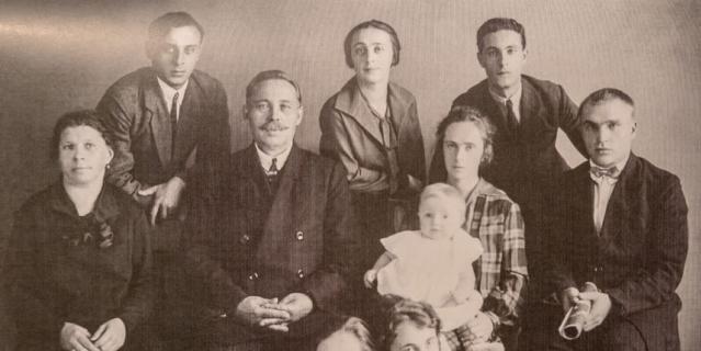 Валерий Чкалов (крайний справа) с семьёй жены. Ольга с сыном Игорем – рядом.