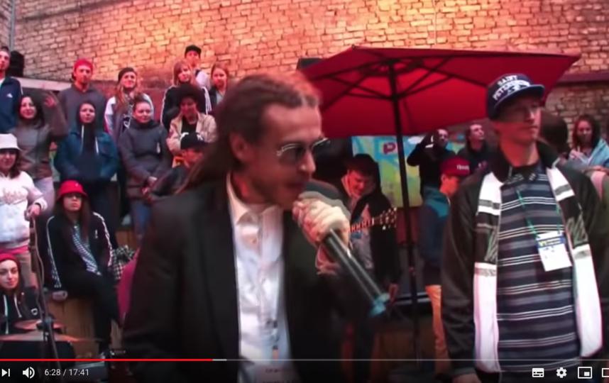 Децл на одном из концертов. Фото скриншот https://www.youtube.com/watch?v=k99YqKiA3Kg