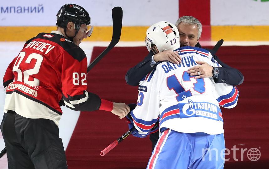 Павел Дацюк помог Муринью подняться после падения. Фото Getty