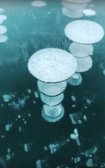 Замёрзшие пузырьки метана. Фото Скриншот/ Social Vira Video, Скриншот Youtube