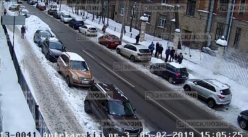 В Петербурге глыба упала с крыши на студента: Видео. Фото 78.ru