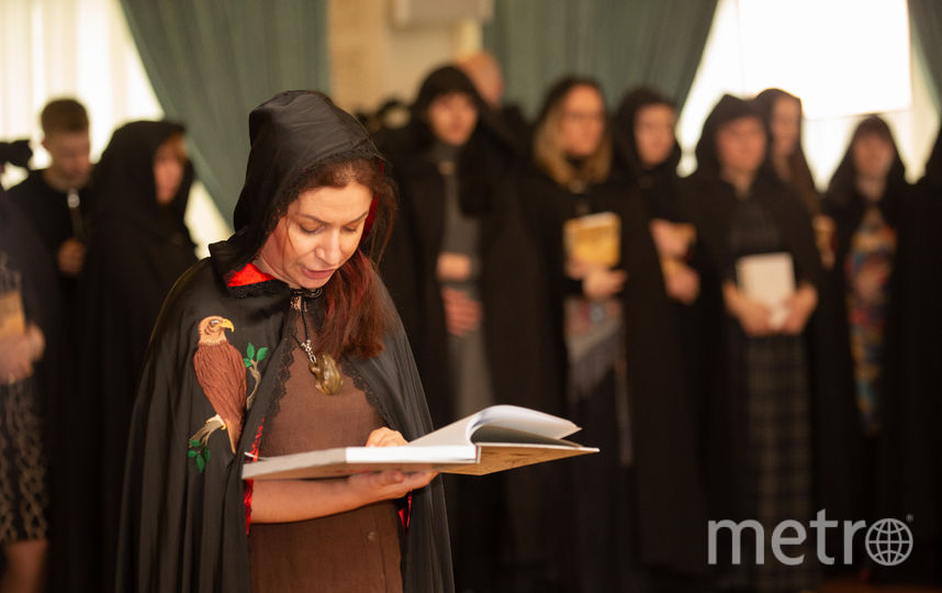 Алёна Полынь в кругу других ведьм зачитывает заклинания. Фото Василий Кузьмичёнок