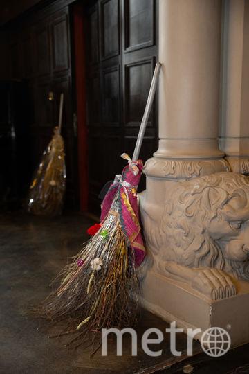 В углу гостиной виднелись две метлы, украшенные разноцветными ленточками. Фото Василий Кузьмичёнок