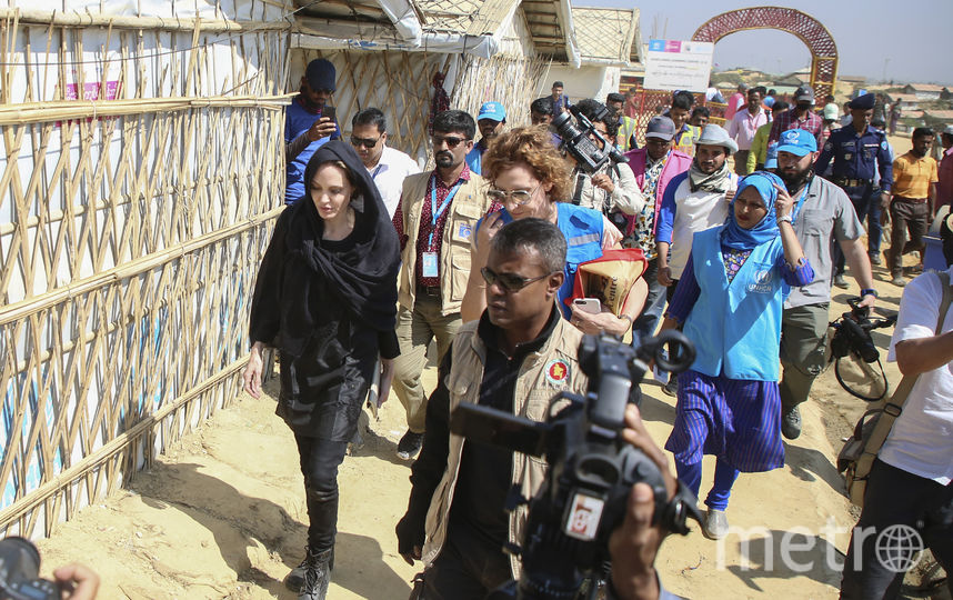 Анджелина Джоли во время поездки в Бангладеш. Фото AFP