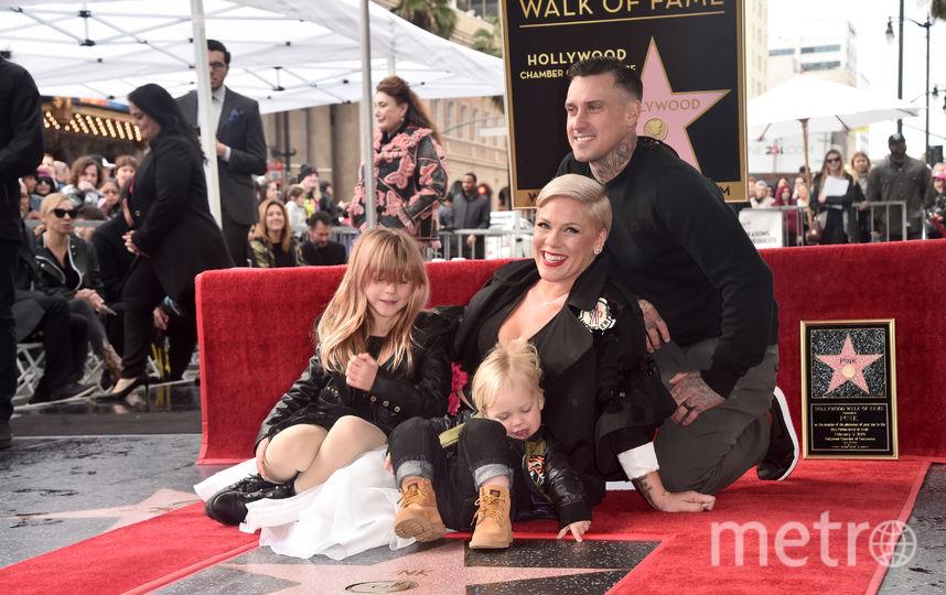 С супругом гонщиком Кэри Хартом и их детьми. Фото Getty