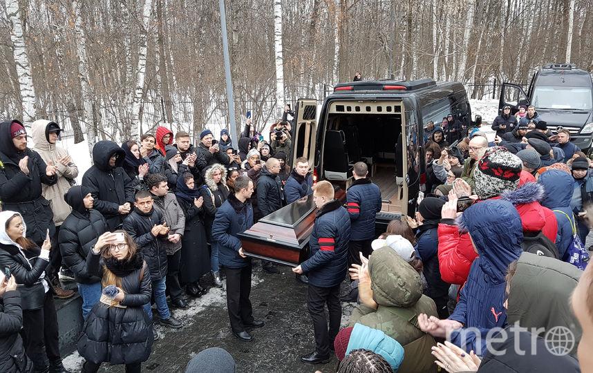 Гроб с музыкантом вынесли под аплодисменты. Фото Василий Кузьмичёнок