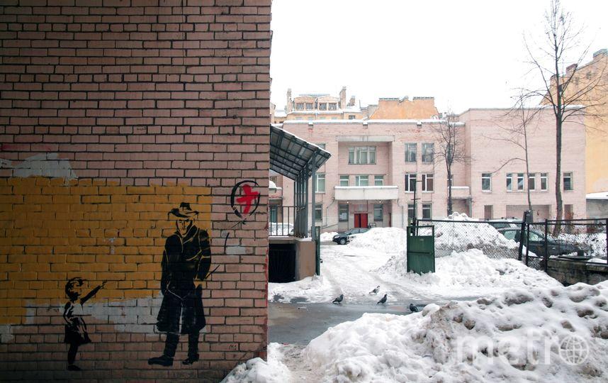 Девочка без шара: В Петербурге появился стрит-арт в защиту поликлиники. Фото Алексей Burstone