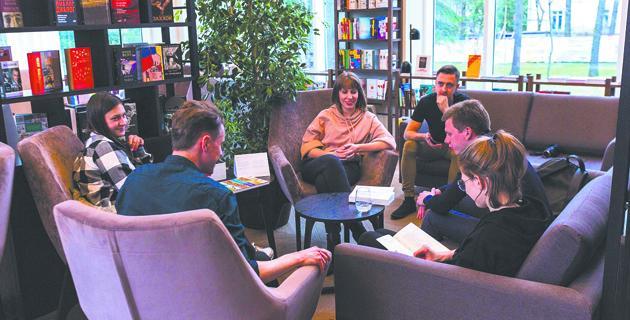 Заседание клуба книголюбов.