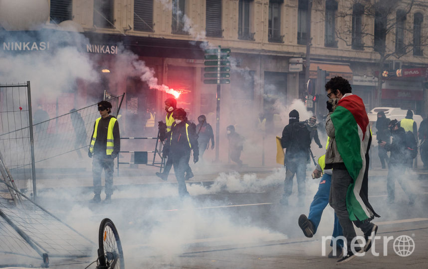 Во Франции манифестанты жгут файеры и выкрикивают антиправительственные лозунги. Фото Getty