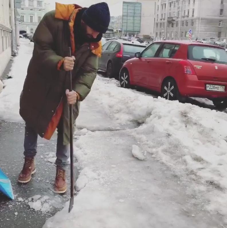 Иван Ургант за уборкой льда. Фото Скриншот Instagram: @urgantcom