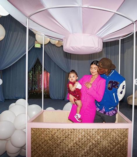 Кайли Дженнер, Трэвис Скотт и их дочь Сторми. Фото Скриншот https://www.instagram.com/kyliejenner/