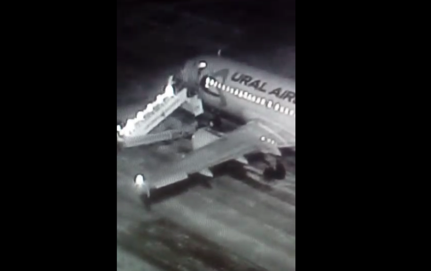 Видео обрушения трапа у самолета в аэропорту Барнаула. Фото скрин-шот, Скриншот Youtube