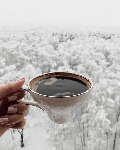 """""""Тот момент, когда уже не очень-то хочется зиму, а тебя не очень-то спрашивают и вываливают ещё тонну снега"""". Фото Скриншот instagram.com/blackberry_n/"""