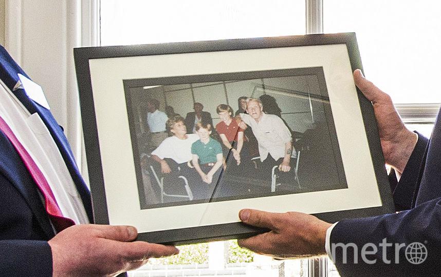 На подаренном фото - визит в организацию в 1994 году. Фото Getty