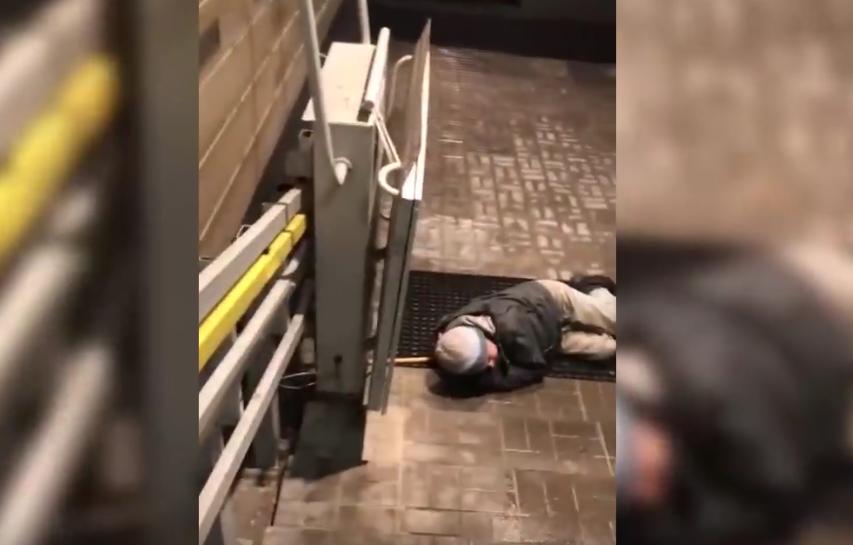 Охранник петрозаводской больницы выгнал привезенного на скорой мужчину. Фото Все - скриншот YouTube