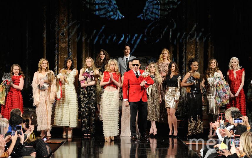 На подиум модели вышли вместе с четвероногими друзьями. Фото Getty