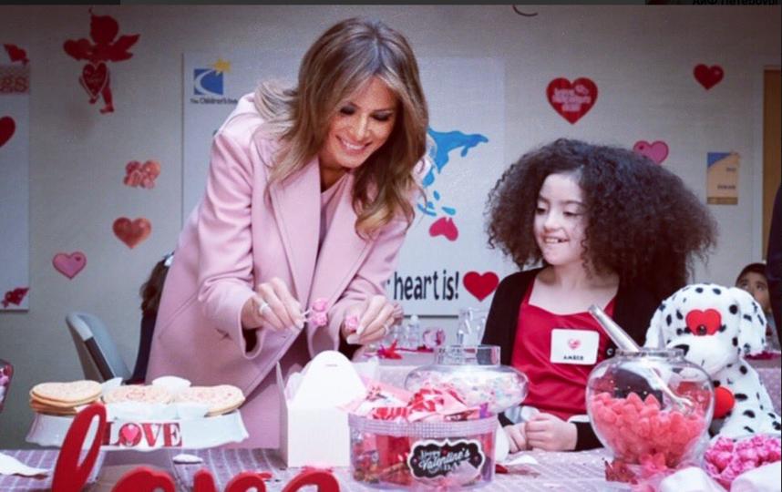 Мелания Трамп для поездки в госпиталь к детям снова выбрала розовый наряд. Фото https://twitter.com/FLOTUS, Getty