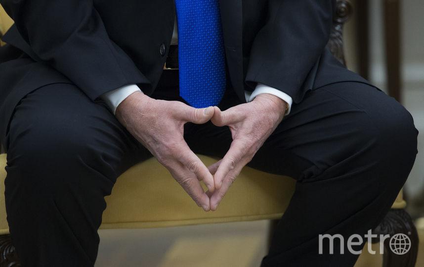 Дональд Трамп сцепил руки сердечком - это было в канун Дня Влюбленных. Но провела его Мелания Трамп одна. Фото Getty