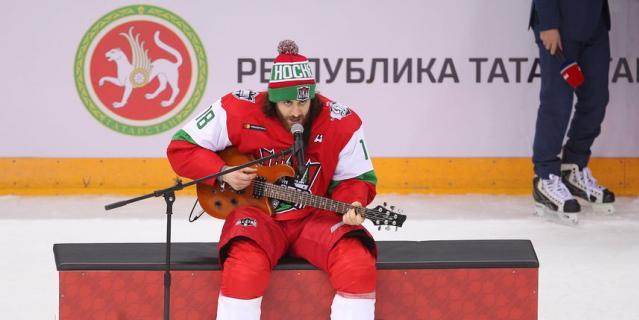 Болельщики были в восторге от песни Майоне под гитару на Матче всех звёзд КХЛ в Казани.