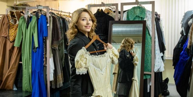 """В костюмерной. В этом платье Полина играет в спектакле """"Дядюшкин сон""""."""