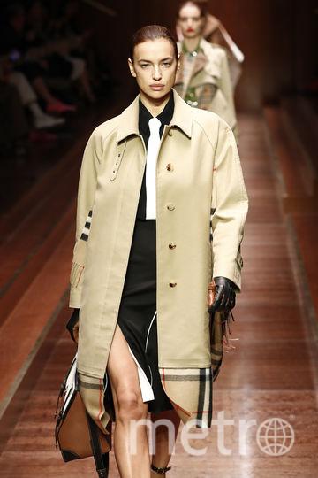 Шоу Burberry на Неделе моды в Лондоне. Ирина Шейк предстала в обыденном образе. Фото Getty