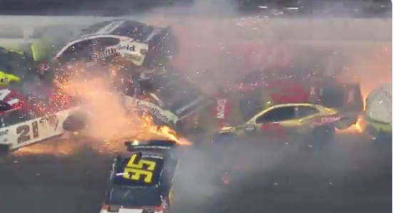 Из-под колёс летели искры. Фото скриншот twitter.com/NASCAR