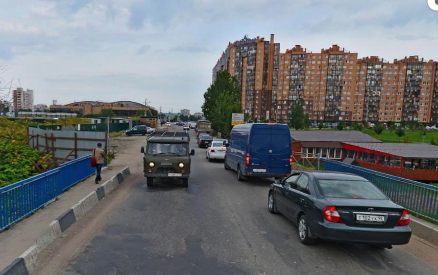 """До моста и за мостом пешеходной дороги, практически, нет. Фото Яндекс.Панорамы, """"Metro"""""""