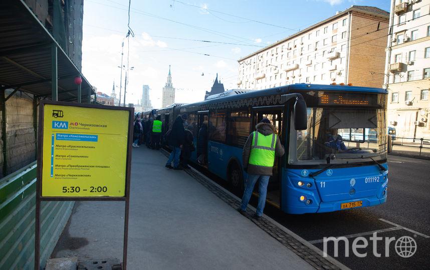 Сотрудники «Мосгортранса» координируют пассажиров на всех остановках автобуса КМ. Фото Василий Кузьмичёнок