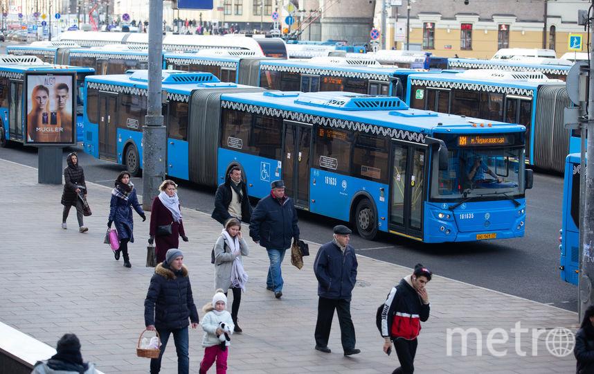 Компенсационные автобусы возле закрытых станций. Фото Василий Кузьмичёнок