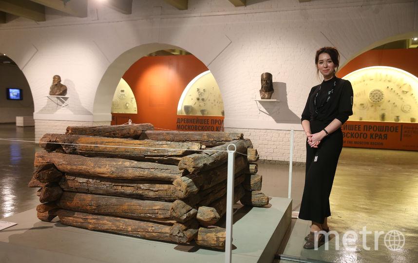 Марина Бессонова из Музея Москвы рядом с колодцем. Фото Василий Кузьмичёнок