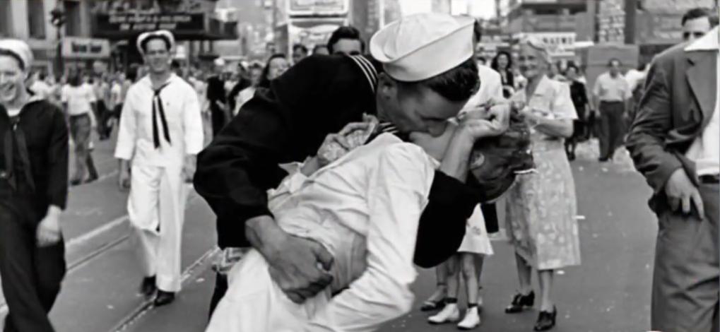 """Всеми известный снимок """"Поцелуй на Тайм-сквер"""" 1945 года. Фото Скриншот youtube.com/watch?v=JPLuecUvbRc"""