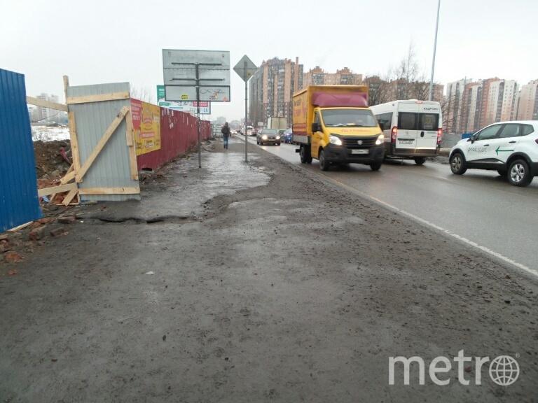 """До моста и за мостом пешеходной дороги, практически, нет, 17.02.2019. Фото """"Metro"""""""