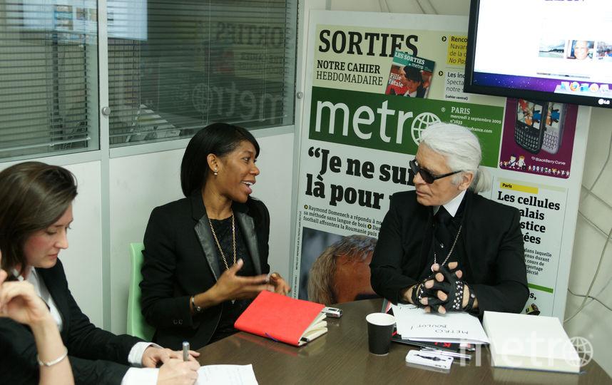 """Карл Лагерфельд в парижской редакции Metro встретился с главными редакторами газеты в разных странах и прокомментировал актуальные на тот момент новости. Фото """"Metro"""""""