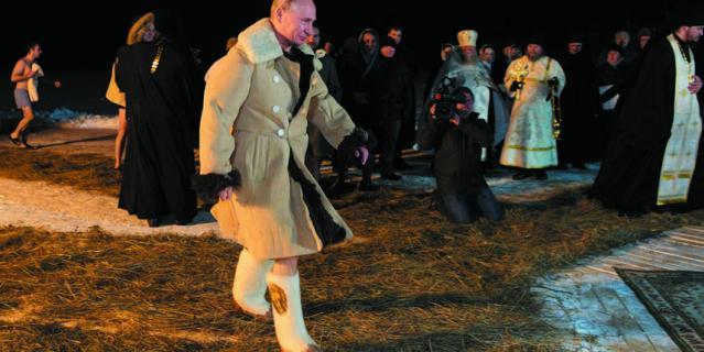 Владимир Путин во время крещенских купаний на озере Селигер.
