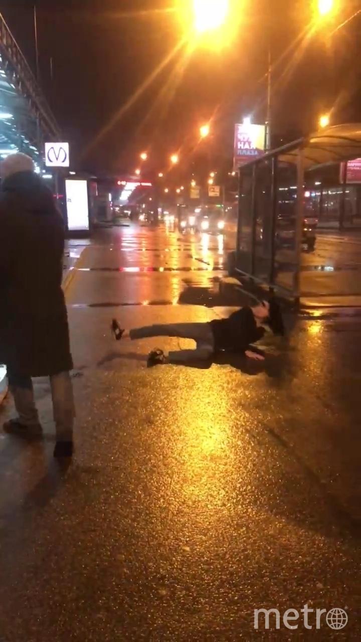 """Девушка упала на асфальт, когда ее толкнул один из участников конфликта. Фото https://vk.com/spb_today?w=wall-68471405_10589507, """"Metro"""""""