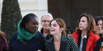 Эмма Уотсон в ярком образе встретилась с Эммануэлем и Брижит Макрон в Париже