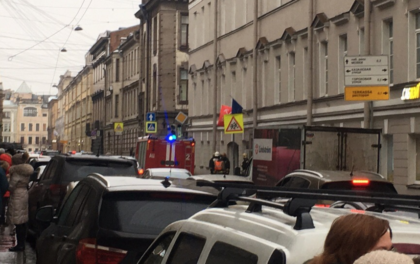 Эвакуируют корпус ИТМО на Гривцова. Фото ДТП и ЧП | Санкт-Петербург | vk.com/spb_today., vk.com
