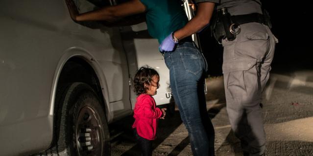 Плачущая девочка на границе, фотограф Джон Мур/Getty.