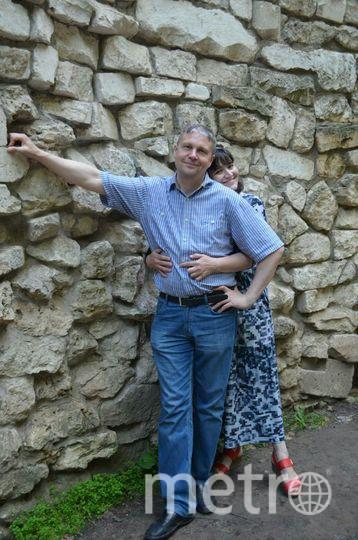 """Мой любимый муж Виталий - доктор биологических наук. За ним хоть на край земли. Мы выросли в одной шубке, как позже рассказали наши родители, а встретились через десяток лет. Увидев будущего мужа, у меня мелькнула мысль: """"Это мой мужчина!"""". Верьте в любовь с первого взгляда. С таким мужчиной чувствуешь себя как за каменной стеной. Фото Лариса"""