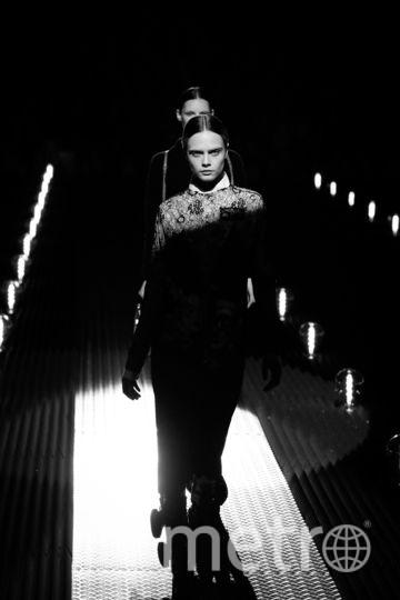 Показ Prada. Кара Делевинь. Фото Getty