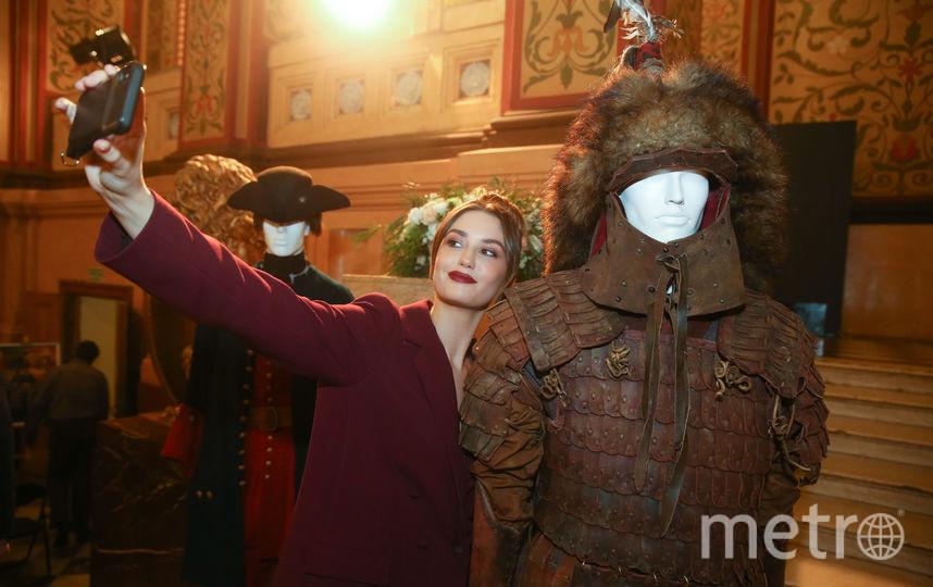 Актриса Агата Муцениеце с удовольствием фотографировалась с костюмами, используемыми при съёмках «Тобола», на пресс-конференции о фильме. Фото Василий Кузьмичёнок