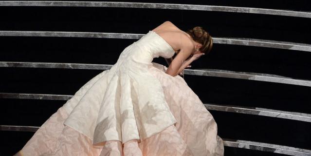 """Платье Дженнифер Лоуренс от Dior, в котором она упала на церемонии """"Оскар"""" в 2013 году, оценивается в 4 миллиона долларов."""