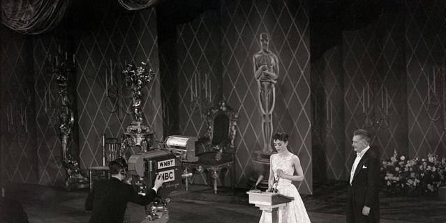 Платье Одри Хепберн, которое она надела на церемонию в 1954 году. Сколько оно стоило, неизвестно, но в 2011 году наряд продали на аукционе за 131 292 долларов.